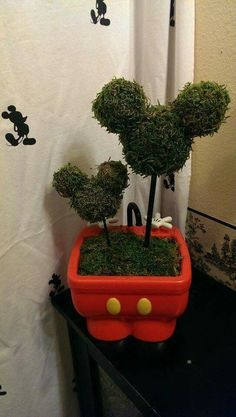 I love repurposing parks souvenirs and this little Mickey topiary is the perfect thing! Disney Home I Disney Decorating I Disney Office I Disney Bedroom Disney Diy, Casa Disney, Deco Disney, Disney Home Decor, Disney Crafts, Disney House, Disney Ideas, Disney Kitchen Decor, Mickey Mouse Bathroom