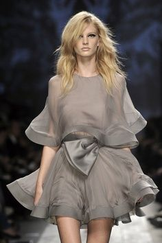 quelque chose ∞ Valentino robe grise grey dress kleid haute couture mode fashion allure style look noeud organza Style Haute Couture, Couture Fashion, Paris Fashion, Runway Fashion, Womens Fashion, Fashion Trends, Look Fashion, High Fashion, Fashion Design