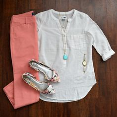 Coral pants, turquoise necklace, and floral flats - the perfect spring work outfit! Great Friday outfit or Saturday shopping. Mode Outfits, Casual Outfits, Fashion Outfits, Womens Fashion, Trendy Fashion, Work Fashion, Spring Fashion, Outfit Chic, Coral Pants Outfit