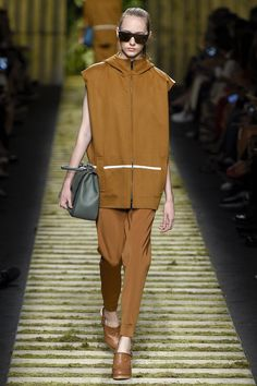 Max Mara Spring 2017 Ready-to-Wear Fashion Show - Lia Pavlova