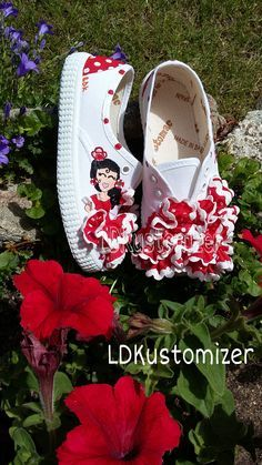 #spain #faralaes #ole #flamenco #shoes #sneakers #zapatos #zapatillas #LDKustomizer Kid Shoes, Girls Shoes, Shoes Sneakers, Hand Painted Shoes, Diy Purse, Kids Corner, Diy For Girls, Creative Kids, Couture