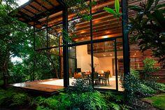 Ce projet comprend un complexe de quatre maisons toutes composées d'un jardin privé verdoyant permettant une grande intimité. L'intérieur comme l'extérieur sont formés de bois naturel renforçant le sentiment d'appartenance à ce paysage végétal. Ces habitations construites avec des bandes de bois verticales offrent un look exotique unique et font place à une atmosphère fraiche et zen.