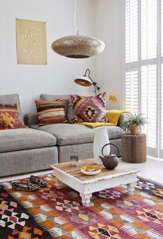 un salón-comedor decorado con kilims. salón étnico. ethnic living-room
