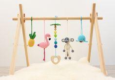 Baby gimnasio juego Tropical aventura. Flamingo, piña, mono, ballena, palmera. Gimnasio de bebé de madera del marco, juguetes de gimnasio de bebé del ganchillo, mordedor de LanaCrocheting en Etsy https://www.etsy.com/es/listing/533521719/baby-gimnasio-juego-tropical-aventura
