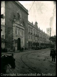 Imagen de la vieja Universidad en 1929, entre la iglesia de la Anunciación, capilla universitaria, y el palacio de los marqueses de la Motilla. Presenta la nueva fachada recién reformada por Gómez
