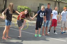 Hula Hoop game -- This game is easy, classic, and fun! Even up teams. One hula hoop per team. Each team stands in a line, holding hands. The goal is to be the first team to get the hula hoop from one end to the other end without braking the link. Church Games, Kids Church, Family Reunion Games, Family Games, Family Reunions, Kid Games, Girls Camp Games, Team Games For Kids, Large Group Games