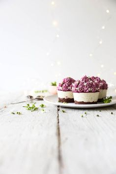 Raw Passionfruit Cupcakes with Pink Dragon Fruit Frosting - Swoon Food Raw Dessert Recipes, Raw Vegan Desserts, Healthy Cake Recipes, Sugar Free Recipes, Cupcake Recipes, Raw Food Recipes, Sweet Recipes, Picnic Recipes, Baking Desserts