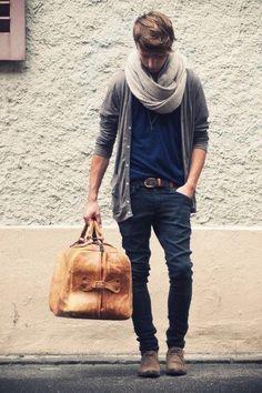 Jean décontracté bleu brut (Jules). Tee-shirt bleu marine (H & M) et cardigan gris ample (Zadig & Voltaire). Snood épais au cou (ASOS). Sac week-end camel (Chiné aux Fripes). Look: Week-end.