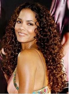 halle berry I think she look a prettier w/long hair Tight Curly Hair, Curly Prom Hair, Curly Hair With Bangs, Haircuts For Curly Hair, Haircuts With Bangs, Short Hair Cuts, Wig Hairstyles, Curly Hair Styles, Halle Berry