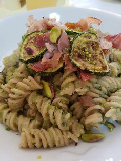Pasta di timilia con pesto di zucchine , pistacchio di Bronte e speck croccante
