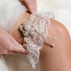 Strumpfband für die Hochzeit in beige mit kleiner Blume