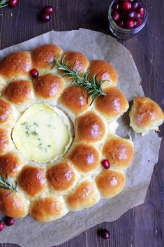 Dear ones ❤️ This bread wreath made of fluffy and buttery rolls with a heart of melted cheese is a popular side dish in the USA. Whether for a festive menu, brunch, being with . Easy Brunch Recipes, Mexican Breakfast Recipes, Fall Recipes, Mexican Food Recipes, Party Finger Foods, Snacks Für Party, Bubble Bread, Buttery Rolls, Bread Shaping