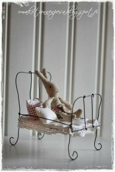 Making tiny things out of wire looks quite simple .to put into fairy garden Miniature Furniture, Doll Furniture, Dollhouse Furniture, Diy Dollhouse, Dollhouse Miniatures, Wire Crafts, Diy And Crafts, Art Fil, Ann Wood
