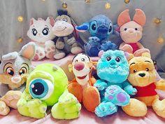 Coucou insta!! Ma collection de big feet au grand complet😍 J'ai refait ma photo car j'avoue que l'autre ne me plaisait pas trop🙊 Vous préférez lesquelles dans cette collection? Belle soirée🌺  #bigfeet #plush #peluche #disneylandparis #shopdisneyfr #marie #bourriquet #stitch #porcinet #panpan #bob #tigrou #sully #winnie #disney #disneyfan Big Stuffed Animal, Disney Stuffed Animals, Cute Stuffed Animals, Cute Disney, Disney Art, Peluche Lion, Chateau Disney, Disney Cups, Disney Souvenirs