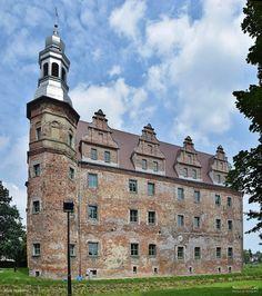 Pałac w Polskiej Cerekwi zbudowany w 1617 roku przez Fryderyka von Opersdorffa. W 1894 roku został przebudowany i odnowiony dla Eberharda Matuszki. Spalony w 1945 roku. - Historia Polskiej Cerkwi sięga czasów rzymskich, kiedy to została założona osada na szlaku handlowym z Moraw do Polski. Jak donoszą źródła w 1337 roku nazywano ją Noua Ecclesia. W XVII w. miejscowość stanowiła własność znanego rodu Opersdorfów. Obecnie - remontowany. Abandoned Castles, Abandoned Places, Manor Houses, Old Houses, European Countries, 17th Century, Medieval, Russia, Trips