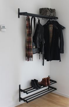 Äntligen är hatthylla och skohyllor uppborrade på väggen i hallen, så nu slipper trappan att agera som jackhängare. Vi bestämde oss tidigt för att det var Nostalgi vi ville ha i hallen- gillar att…