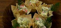 Корзинки из лаваша идеальны для порционной подачи салатов на банкете или любом другом торжестве. Корзиночки можно заполнить любой начинкой, которая вам по душе. Мы же сегодня будем готовить крабово-овощное лакомство.  Нарезаем лист лаваша на 24 кусочка размером 10 х 10 см.    Количество мы взя