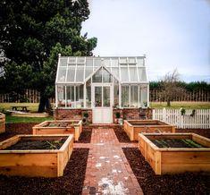 Gardening Advice For A Luscious, Healthy Garden Backyard Greenhouse, Backyard Sheds, Greenhouse Ideas, Homemade Greenhouse, Backyard Cottage, Small Greenhouse, Greenhouse Wedding, Farm Gardens, Outdoor Gardens