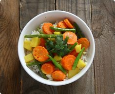 Thai-Curry mit Kokosmilch, Kartoffeln und grünen Bohnen auf Jasminreis | 200 g Jasminreis | 400 ml Kokosmilch | 20 g Thai Curry Paste | 1 rote Chilischote | 1/2 Limette 15 ml Sojasoße | 2 Karotten | 75 g grüne Bohnen | 4 Kartoffeln