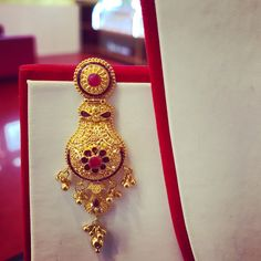 Gold Mangalsutra Designs, Gold Earrings Designs, Gold Jewellery Design, Necklace Designs, Gold Jhumka Earrings, Antique Earrings, Gold Necklace, Italian Gold Jewelry, Gold Jewelry Simple