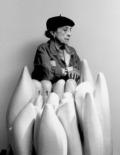 Louise Bourgeois en 1990, derrière sa sculpture en marbre Eye to Eye, 1970 Photo Raimon Ramis