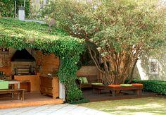Neste quintal, a jabuticabeira carregada de frutos, à direita, foi o elemento decisivo para a compra da casa. O paisagismo é de Paula Magaldi