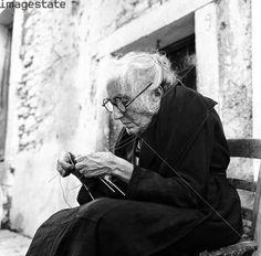 old women sitting - Google'da Ara