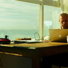 Our coworker Sergej working with an incredible view next to him in our office. :) #worldnomads #wonderful_places #coworking #coliving #sundesk #taghazout #entrepreneur #business #morocco #digitalnomad #digitalenomaden #happy #travel #agadir #digitalnomadlife #coworkingspace #colivingspace #coliving