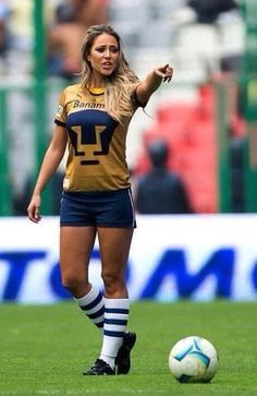 Would you mark her? Hot Football Fans, Football Girls, Soccer Fans, Female Soccer Players, Soccer Pictures, Beautiful Athletes, Girls Golf, Football Highlight, Hot Cheerleaders