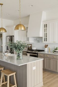 Gold Kitchen Pendants with Taupe Cabinets and a Shiplap Island Source by oakstonehomesiowa The post Gold Kitchen Pendants appeared first on Saif DIY Decorating. Kitchen Room Design, Kitchen Redo, Home Decor Kitchen, Interior Design Kitchen, New Kitchen, Home Kitchens, Kitchen Remodel, Taupe Kitchen Cabinets, Two Toned Cabinets