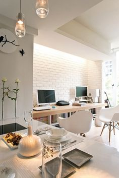 Nowoczesny salon z aneksem biurowym z białą cegłą