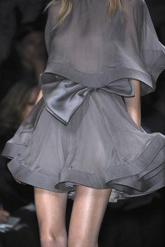 Valentino at Paris Fashion Week Spring 2010 - Details Runway Photos Grey Fashion, Look Fashion, Fashion Details, High Fashion, Fashion Beauty, Fashion Design, Fashion Shoes, Style Haute Couture, Couture Fashion