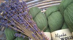 Wir füllen die Regale in unserem kleinen Hofladen für Euch auf ,mit kuschlig weicher Alpakawolle in tollen Farben.