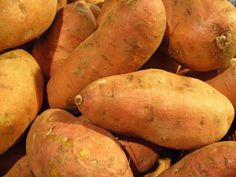 Each autumn, I stand in the produce section of the grocery store puzzling over the sweet potatoes and yams. What is the difference between sweet potatoes and yams? Growing Sweet Potatoes, Roasted Sweet Potatoes, Sweet Potato Soup, Sweet Potato Recipes, African Stew, Sweet Potato Benefits, Fall Recipes, Healthy Recipes, Healthy Foods