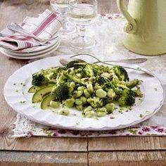 Das Rezept für Grüner Salat mit Brokkoli, Saubohnen, Avocado und Lauchzwiebeln und weitere kostenlose Rezepte auf LECKER.de