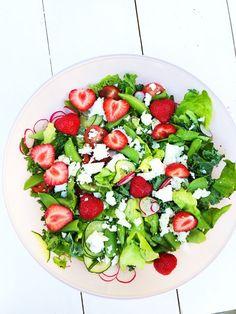 Till det serverades en somrig sallad och tzatziki. SÅ gott! – Fridas Bakblogg