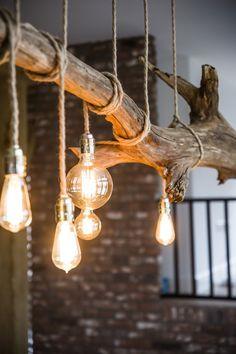 Lampen Woonkamer Houten Hanglamp Thomas Wood desk lamp ideas Every desk should be decorated wi Driftwood Chandelier, Rustic Chandelier, Branch Chandelier, Rustic Lamps, Farmhouse Lighting, Rustic Lighting, Wood Lamps, Glass Lamps, Ceiling Lamps