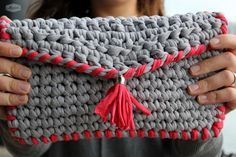 Clutch by Madila, handmade crochet with eco friendly Tshirt yarn, zpagetti or trapillo. Thanks to Santa Pazienzia, you can find the pattern in spanish here => http://pazienzia.blogspot.co.uk/2014/08/clutch-tipo-sobre-de-trapillo-gris-y.html