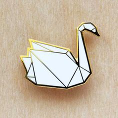 broche cygne origami by Hug a porcupine Cute Patches, Pin And Patches, Origami Swan, Diy Accessoires, Pin Enamel, Jacket Pins, Cool Pins, Up Girl, Pin Badges