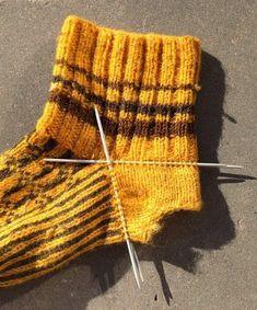 - Kan du stoppa strumpor? Jag fick frågan strax innan jul och svarade ja trots att jag faktiskt inte lagat särskilt många ...eller rät... Knitting Socks, Knitting Needles, Big Knit Blanket, Jumbo Yarn, Big Knits, Knit Pillow, Knitted Bags, Cool Patterns, Hobbies And Crafts