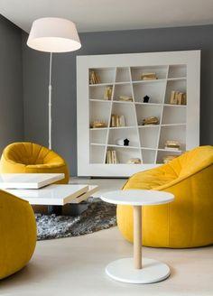 salon à deco gris et jaune, tapis rond moelleux; étagère bibliothèque moderne