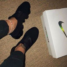 12 Vintage Tennis Fashion that will take you out of this time! Sneakers Mode, Sneakers Fashion, All Black Sneakers, Fashion Shoes, Fashion Black, All Black Nike Shoes, Fashion Decor, Black Running Shoes, Running Shoes Nike