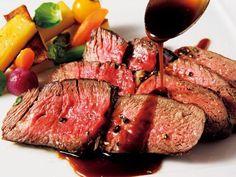 パティナステラ 東京 「骨付きリブロースのロースト ポンヌフと季節の野菜」(2人前から)。食前に豪快なフランベを披露し、客前で切り分ける