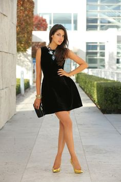 colorful-necklace-with-black-dress