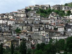 «Lungro è solo a venticinque chilometri da Castrovillari, su una strada secondaria che sale, in un paesaggio molto calmo, verso i pendii del Pollino. Il paese è disposto in file sovrapposte. In mezzo alle case, la chiesa. Le campane suonano...» - See more at: http://www.viaggioincalabria.it/luogo/provincia-di-cosenza/lungro/lungro-e-solo-a-venticinque/#sthash.qhPv6zEz.dpuf