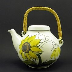 ARABIA Finland * SUN ROSE * 6 Cup Lidded TEAPOT * Hilkka-Liisa Ahola Do remember this pot from my childhood :)