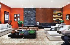orange Wandfarbe und Verblendsteine in Schiefer-Optik