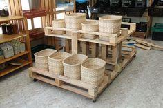 MUEBLE de la cooperativa.  3,5 Palets, 2 listones de obra y 6 ruedas usadas. Graneles en cestas artesanales