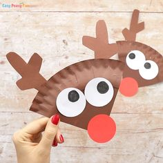 Paper Plate Reindeer Craft - Easy Peasy and Fun Have a few spare paper plates and need an easy Christmas craft idea to do with kids? Learn how to make this cool paper plate reindeer craft. Christmas Activities For Toddlers, Preschool Christmas, Christmas Crafts For Kids, Christmas Art, Paper Plate Crafts For Kids, Fall Crafts For Kids, Easy Crafts, Easy Toddler Crafts, Reindeer Craft