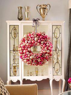 weihnachstdeko wohnung ideen großer kranz baumkugeln rosa gold